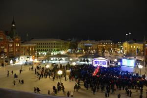 Många Sundsvallsbor tog sig till torget under den kyliga tisdagskvällen.