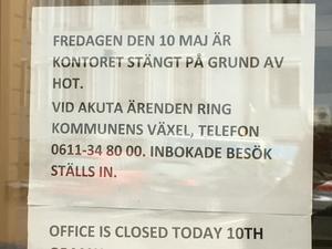 Stängt på grund av hot. Beskedet mötte besökare på fredagen.