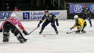 Lukas Mårdberg på väg igenom, men når inte bollen.