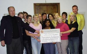 Lars Hellbergs Antivåldsfond har gett pengar till många olika projekt. Våren 2001 fick till exempel kamratstödjarna i Åvestadalsskolan 33.333 kronor från fonden.Foto: privat