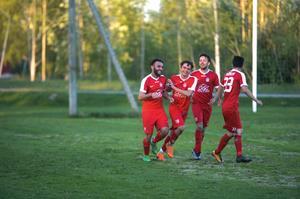 Khoger Hammad firar med lagkompisarna efter ett av sina tre mål.