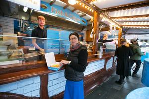 Susie Stuttwig från Manchester köpte här fish and chips av sonen Dominik Meyer. Pekande längst bort hans sambo Lisa Keller.