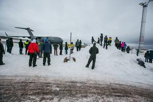Människor stod spridda runt flygplatsen för att se det jättelika planet.