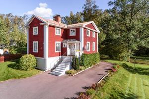 En charmfull villa anno 1909. Försäljningen omfattar två fastigheter, Glimmern 8 och 3, om totalt 2 272 kvm. Foto: Fastighetsbyrån, Borlänge.
