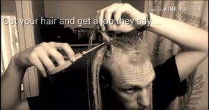 När Elric kom hem till Sverige tog han beslutet att ta bort sina långa dreadlocks. Bild från en av hans filmer på Youtube under namnet
