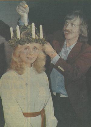 Kröningen inne i Storsjöteatern skedde utan missöden. Dragspelskungen Roland Cedermark tände ljusen vilket ÖP:s läsare fick se på färgbild, vilket inte var alldeles vanligt för 35 år sedan.