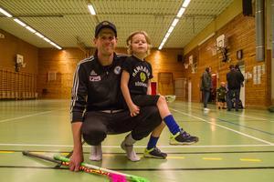 """""""Det roligaste är att spela på två mål"""", säger femårige Sigge Hellblad Hjelm. Efter att pappa Daniel Hjelm viskat något i örat lägger han till: """"och träffa kompisar""""."""
