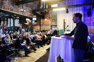 Moderata ungdomsförbundets ordförande Benjamin Dousa i talarstolen. Foto: Björn Lindgren / TT