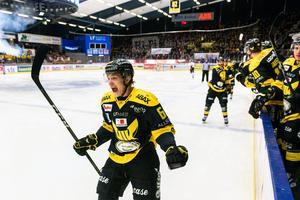 Pontus Holmberg firar sitt game winning goal mot Mariestad i playoff 2. Foto: Oliver Szabo / Pic-Agency