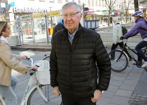 """Bertil Teglund tycker att det är bra att man gör trottoarerna mer plana men att det är dumt att riva upp Vasagatan vid den här tiden på året. Det hade varit bättre vintertid. """"Man stänger av hela centrum sommartid när folk vill gå ut och fika, och åka buss till stan."""