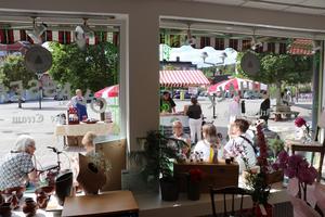Eva Magnusson tyckte det var roligt att se så mycket folk som var på plats under invigningen. Efter att ha strosat omkring inne i butiken satte sig de flesta utanför butiken och mumsade på både glass och andra delikatesser i solskenet.