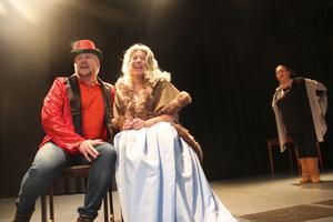Två av huvudkaraktärerna står Magnus Broman och Therese Larsson för. I bakgrunden Kjerstin Lundblad.