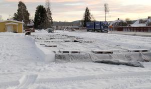 Här, intill tätt trafikerade riksväg 70 i centrala Djurås, ska en stor bilverkstad med tillhörande servicefunktioner står klar senast i maj nästa år.