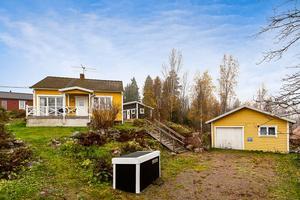 Foto: Tomas Arvidsson/ Bostadsfotograferna. Huset på Tisarbaden 66 ligger med utsikt över Tisaren.