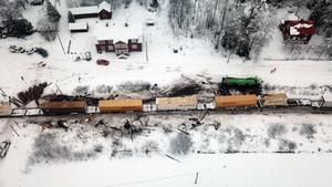 På torsdagsmorgonen krockade ett av Green Cargos godståg med en timmerbil utanför Karbenning i Norbergs kommun.