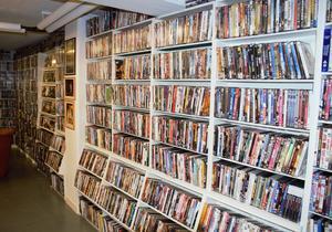 Film, film och åter film. Allt prydligt sorterat längs väggarna.