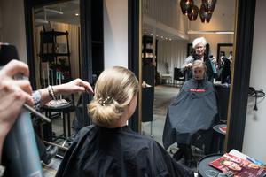 När uppsättningen börjar bli klar, är Emelie Lundberg som agerar hårmodell mer än nöjd.– Jag har aldrig känt mig så här fancy, säger hon.