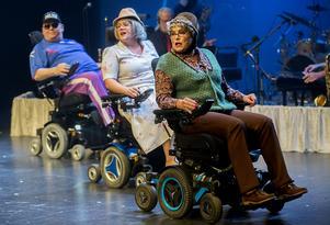 Seniorturné på rullator med Tony Könberg, Sandra Näslund och Maria Büstedt Svanholm.