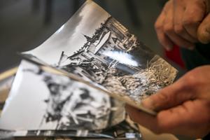Ulf bläddrar bland de dramatiska bilderna från husraset i december 1960.