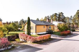 Välvårdat och i originalskick från år 1956, men är i behov av modernisering och renovering.  Foto: Kristofer Skogh, Husfoto.