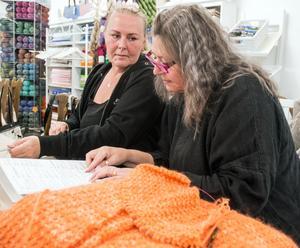 Tuula Remes satsar på att sticka sin första tröja. Susanne Nilsson hjälper henne att lägga upp och läsa mönster.