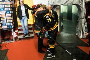 Pappa och son Mannberg kramades efter Daniels hattrick mot Timrå förra säsongen. Bild: Tobias Sterner / BILDBYRÅN