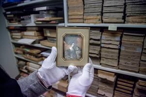 Äldsta fotografiet i länsmuseets samling  visas upp med varsam hand. Det togs 1842 och personerna är okända.