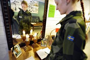 Militärpastor Lisa Mobrand (bild från 2010) vid soldathemmets kondoleansbord efter att kapten Johan Palmlöv och löjtnant Gunnar Andersson stupat i Afghanistan. Foto: Tomas Oneborg / SvD / SCANPIX /