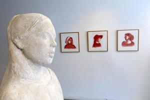 Teckningar med rödkrita kombineras med skulpturer.