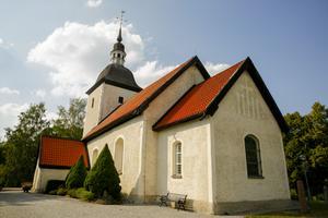 En kvinna blev överfallen av tre hundar och biten när hon promenerade nära Tveta kyrka.