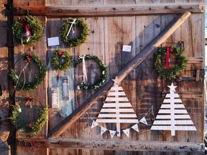 Kransar är ett återkommande populärt tema på julmarknader. Foto: Åsa Eriksson.