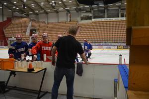 Anders Huss, ger sina spelare den snabbaste av service.