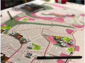 Invånarna i Saltskog och Mariekäll bjöds in till både webbenkät, intervjuer och designdialog. Här har de varit med och tyckt till om planerna samt lagt symboler och ritat på post it-lappar hur de vill att stadsdelarna ska förändras i framtiden. Med garn har de pekat ut viktiga stråk, både för bilar och för gång- och cykeltrafikanter. Foto: Södertälje kommun