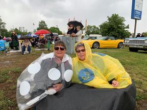 Mari Vikström och Carina Löfgren är redo för finbilscruising i regnet. Foto: Lennye Osbeck