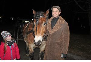 Tomas Nilsson med sin häst Sigvard som väntade på att bli klappad.