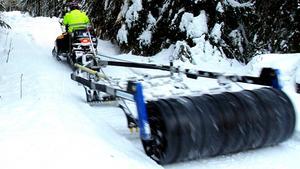 Valter Forsberg sköter snöskoterlederna i Bergeforsen, Timrå.