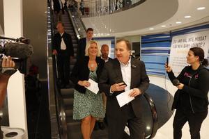 Stefan Löfven och Lena Rådström Baastad tar rulltrappan ner i Vågen-gallerian för att förtidsrösta.