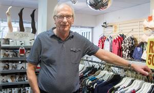 """""""Var och en är sig själv närmast. Plånboken talar, är en vara 25 kronor billigare så köper folk det. Vi kan inte ha samma priser som stora kedjor som kan dela på inköpen och skicka varor mellan sig"""", säger Göran Ranskär."""