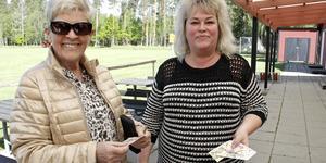 – Det är roligt att komma ut och gå, och det är lugnt och skönt, sade Lillemor Svedberg och Jenny Tiderman innan de promenerade iväg med bingobrickorna från Björliden.