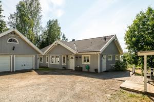 Det här huset i Överfälle utanför Örnsköldsvik såldes för 2 438 000 kronor. Foto: Länsförsäkringar Fastighetsförmedling
