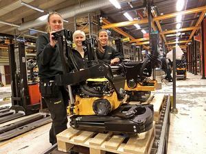 Karolin Andersson, Marijana Eliasson och Lovisa Persson på Engcon i Strömsund. Fabriken i Polen använder fabriken i Strömsund som mall.