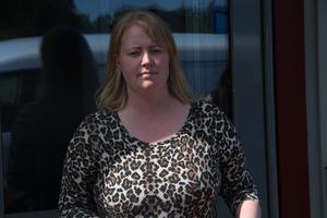 – Jag förstår att kommunen måste spara pengar, men de drar in på sådant som har med människan att göra, säger föräldern Rebecha Lappalainen.