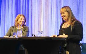 De internationella författarbesöken är något av Svenska Deckarfestivalens höjdpunkter. Kerstin Bergman skrattar loss med brittiska deckardrottningen Belinda Bauer under fjolårets festival.