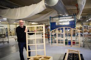 Thomas Liw visar en fönsterram. I fabriken tillverkas fönster i gammal stil. Virket består av furu från närbelägna skogar.