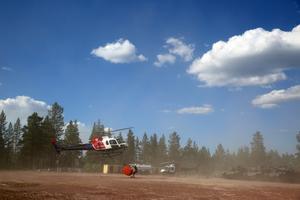 Helikoptrar vattenbombade området.