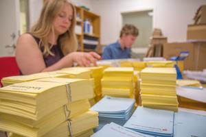 Valsedlar för alla partier ska finnas tillgängliga i alla lokaler under hela valdagen.