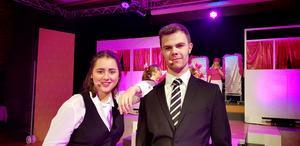 Lina Frickner och Jonathan Julander har viktiga roller i föreställningen Legally blonde.