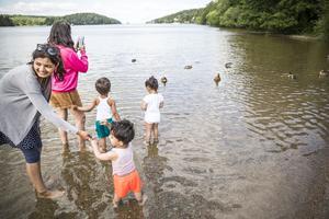Apurva Sharma (till vänster) följer med barnen ut till änderna.