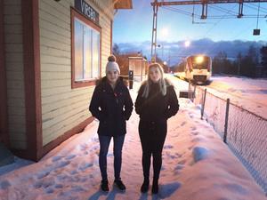 Lång väntan i mörker och kyla. Maja Kallio och Amanda Koski vid Virsbo station, där de många gånger har fått vänta på tåget.