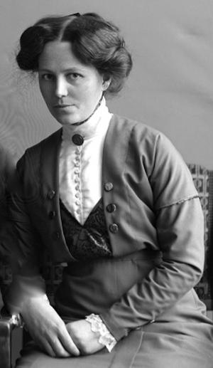 Gerda Modén från Gävle hade en viktig roll i kampen för kvinnors politiska rösträtt i Gävleborg, hon samordnade namninsamlingen. Med sirlig handstil summerade hon antalet namn till 18 374 från länet. Foto: Arkiv Gävleborg.